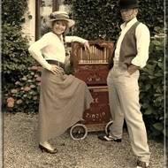 Duo de chansons théâtrales et mouvementées à l'orgue de Barbarie :
